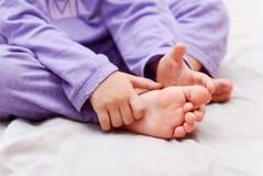 婴孩英尺和现有量手指 免版税库存图片