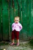 婴孩范围近女孩绿色 免版税库存照片