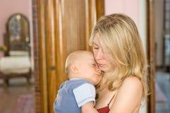 婴孩藏品母亲休眠 库存照片