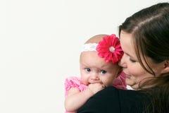 婴孩藏品母亲骄傲的年轻人 免版税库存照片