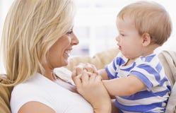 婴孩藏品生存母亲空间 免版税库存图片