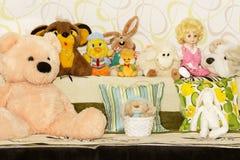 婴孩被充塞的玩具在屋子里 免版税库存图片