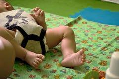 婴孩被暴露的` s脚 可爱的婴孩,小的脚 婴孩特写镜头英尺新出生的视图 免版税库存图片