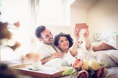 婴孩让采取selfie 夫妇年轻人 免版税库存图片