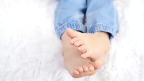 婴孩赤脚无忧无虑说谎在长沙发 赤足聊天未知的孩子 r 股票视频