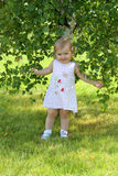 婴孩近桦树女孩 库存图片