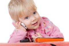婴孩逗人喜爱女孩移动电话联系 库存图片