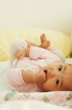 婴孩逗人喜爱小睡 免版税库存图片