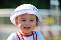 婴孩逗人喜爱帽子微笑 免版税图库摄影