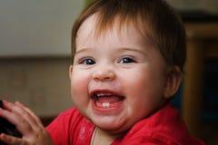 婴孩逗人喜爱愉快 免版税库存图片