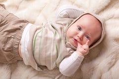 婴孩逗人喜爱手指吮 库存照片