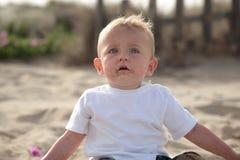 婴孩逗人喜爱海滩的男孩 免版税库存照片