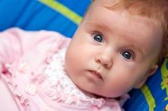 婴孩逗人喜爱的凝视 图库摄影