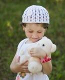 婴孩逗人喜爱的女孩室外使用 免版税库存图片