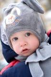 婴孩逗人喜爱的帽子纵向佩带的冬天 库存图片