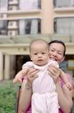 婴孩逗人喜爱的母亲 库存图片