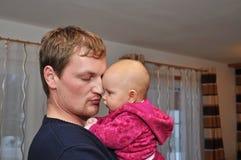 婴孩逗人喜爱的父亲纵向 免版税库存图片