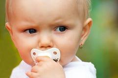 婴孩逗人喜爱的纵向 库存图片
