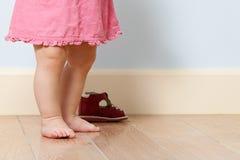 婴孩逗人喜爱的腿部可伸展的地方 免版税库存图片