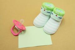 婴孩逗人喜爱的袜子 免版税库存图片
