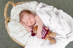 婴孩逗人喜爱的dof眼睛重点留下低新出生的纵向 图库摄影