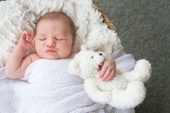 婴孩逗人喜爱的dof眼睛重点留下低新出生的纵向 库存图片