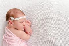 婴孩逗人喜爱的dof眼睛重点留下低新出生的纵向 免版税库存照片