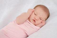 婴孩逗人喜爱的dof眼睛重点留下低新出生的纵向 免版税库存图片