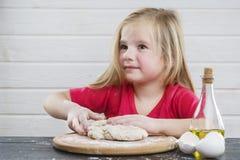 婴孩面团 厨师 孩子的发展 库存照片