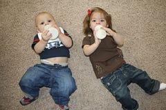 婴孩饲养时间 库存照片