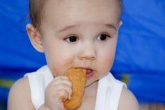 婴孩饼干吃 免版税库存照片