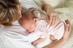 婴孩鼓起她 库存照片