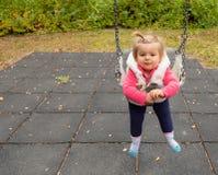 婴孩 女孩 公园 逗人喜爱 摇摆 微笑 免版税库存照片