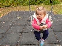 婴孩 女孩 微笑 公园 摇摆 逗人喜爱 库存照片
