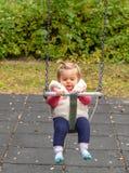 婴孩 女孩 微笑 逗人喜爱 摇摆 公园 免版税图库摄影