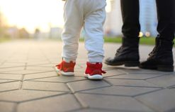 婴孩` s第一步 第一独立步 免版税图库摄影