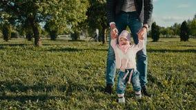 婴孩` s第一步 采取第一步他的女儿的爸爸帮助 影视素材