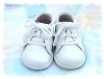 婴孩lil穿上鞋子二 免版税库存图片