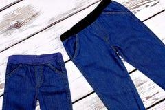 婴幼儿的时髦牛仔裤 库存照片