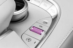 媒介和航海控制一辆现代汽车的按钮 汽车内部细节 豪华现代汽车的白革内部 免版税库存照片