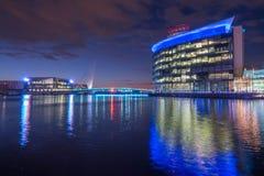 媒介城市,索尔福德,曼彻斯特在晚上 库存图片