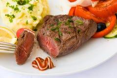 媒体沙拉牛排蔬菜 免版税库存照片