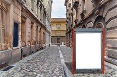 媒介企业广告的小红色空白的广告牌在街道上 免版税库存照片