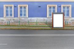 媒介企业广告的小红色空白的广告牌在路 图库摄影
