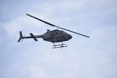 媒介直升机飞行通过蓝天 库存图片