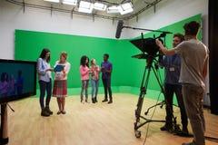 媒介学习课程的学生在电视演播室 免版税库存照片