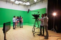 媒介学习课程的学生在电视演播室 库存图片