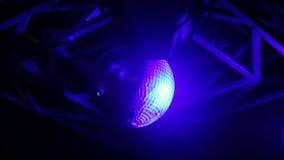 媒介接近在一个夜总会的一个活迪斯科球与闪光灯 股票录像