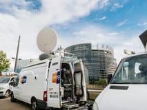 媒介电视卡车搬运车在议会欧洲人buildi前面停放了 免版税库存照片