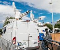 媒介电视卡车搬运车在议会欧洲人buildi前面停放了 免版税库存图片